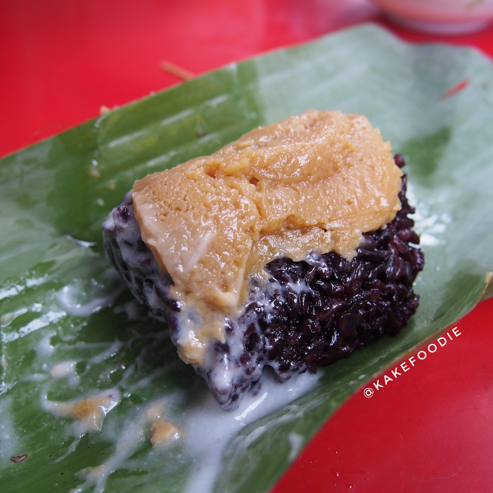 9. Khao Neow Dam Sang Kaya (ข้าวเหนียวดำสังขยา)/ Black Sticky Rice with Custard - THB 20.