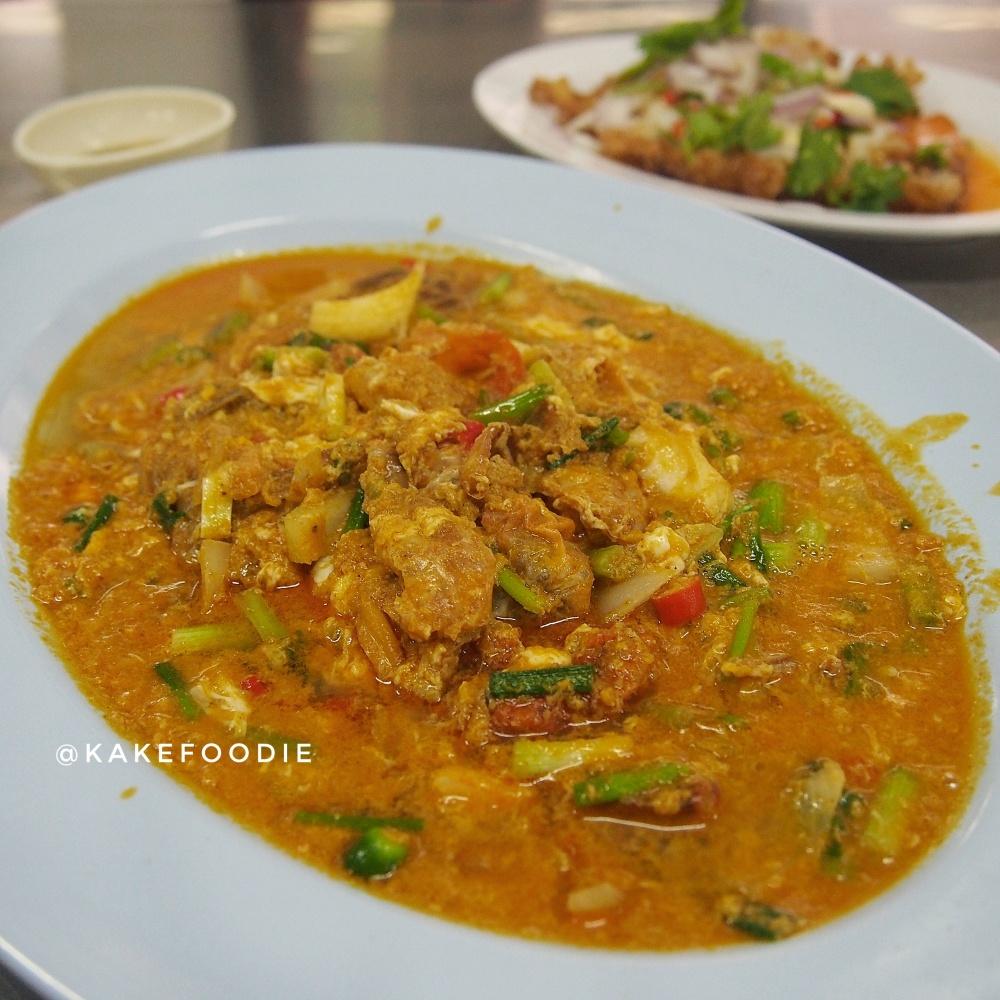 4. Boo Neem Pad Pongari (ปูนิ่มผัดผงกะหรี่) / Soft Shell Crab Curry - THB 400